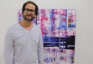 Pete Schröder im Jahr 2016 vor einem seiner Bilder in der Zellulosefabrik Phrix