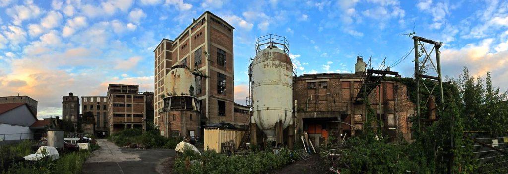 Seit 1970 ist die ehemalige Cellulose-Fabrik Phrix in Okriftel geschlossen. Derzeit sind dort unter anderem Künstler untergekommen.