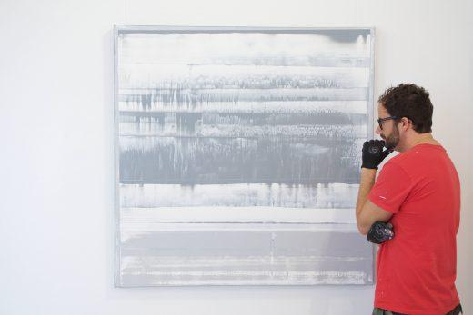 Pete Schröder im Jahr 2015 vor einem seiner Bilder in der Zellulosefabrik Phrix in Hattersheimam Main/Okriftel.